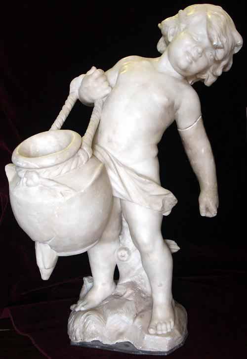 Скульптура держит за член